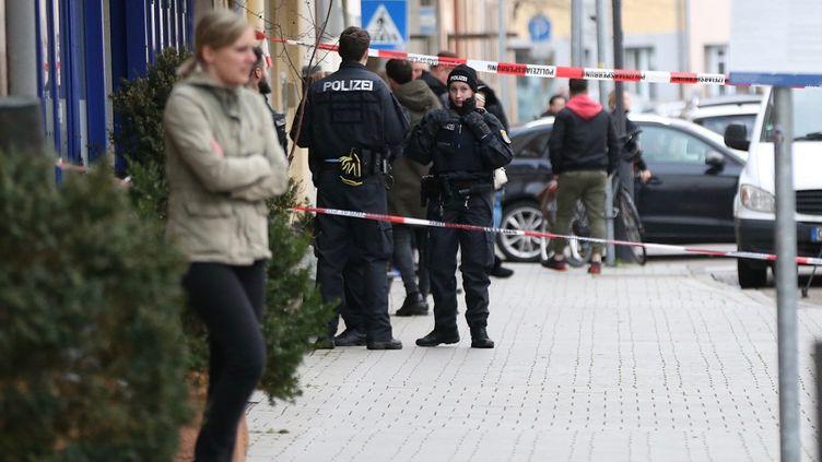 Des forces de sécurité effectuent des contrôles sur les lieux d'attentats ayant fait neuf morts à Hanau (Allemagne), le 20 février 2020. (DURSUN AYDEMIR / ANADOLU AGENCY / AFP)