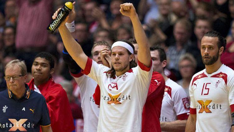 Le Danois Mikkel Hansen entouré de ses coéquipiers