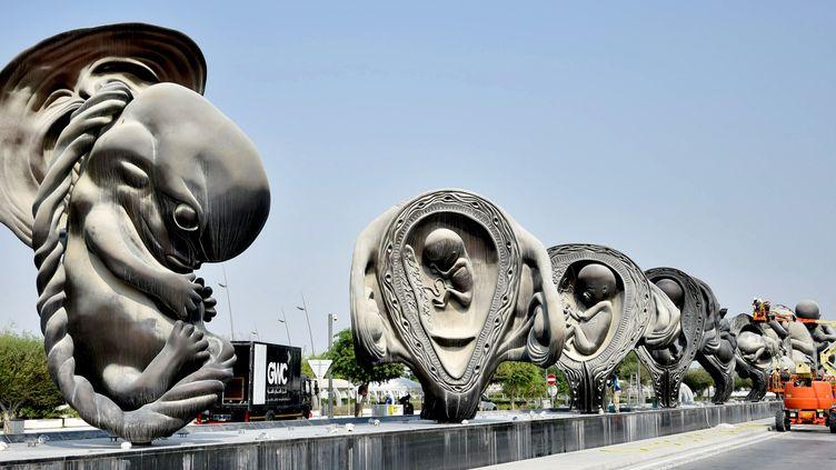 Des sculptures géantes de Damien Hirst devant un hôpital au Qatar (10 octobre 2018)  (Stringer / AFP)