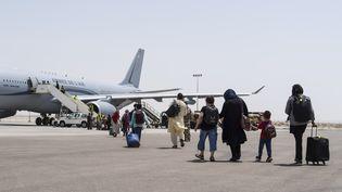 Des Afghans quittent le sol de l'Afghanistan pour rejoindre la France et l'aéroport Charles de Gaulle, le 15 août 2021. (HANDOUT / ETAT MAJOR DES ARMEES / AFP)
