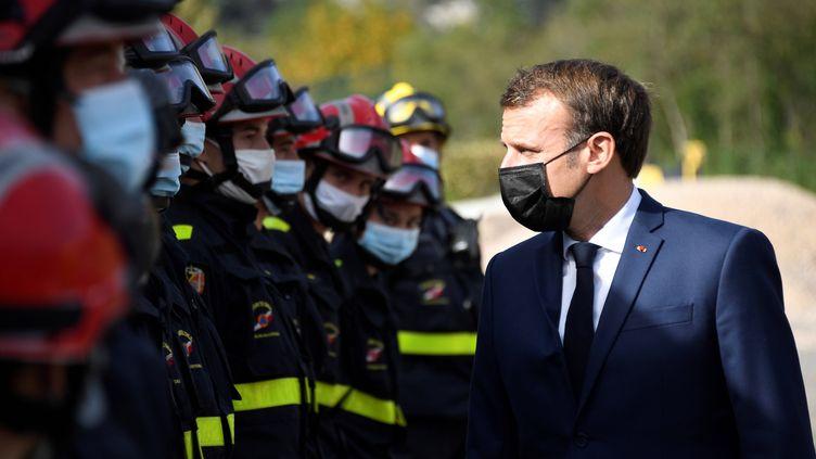 Emmanuel Macron à Tende (Alpes-Maritimes), le 7 octobre 2020. (CHRISTOPHE SIMON/AP/SIPA)