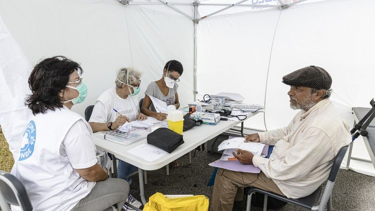 Une équipe de Médecins du monde propose des consultations pendant l'épidémie de Covid-19, à Cayenne (Guyane), le 24 mars 2020. (JODY AMIET / AFP)