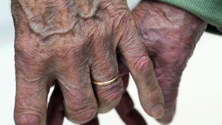 Vieillissement et dépendance. Pour Michel Serres, vieillir est un apprentissage de la faiblesse, de la dépendance, et permet de comprendre les autres. (AFP)