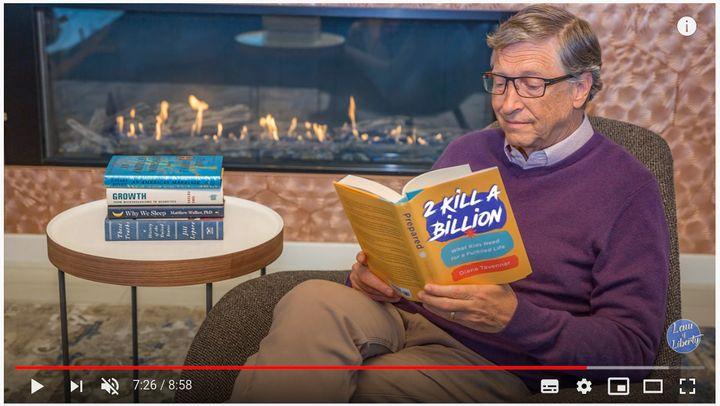 Capture d'écran d'une vidéo de la chaîne YouTube Law of Liberty accusant Bill Gates de vouloir implanter des micropuces en mars 2020. (YOUTUBE)