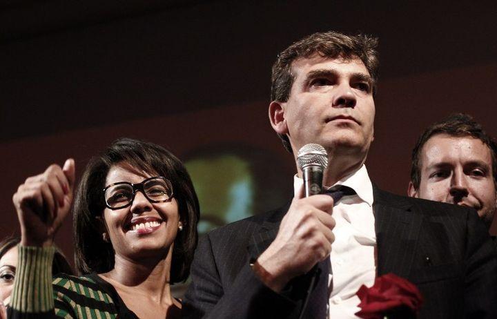 Arnaud Montebourg est accompagné d'Audrey Pulvar à la Bellevilloise le 9 octobre 2011 quand il prend la parole à l'issue du premier tour de la primaire socialiste dont il sort en homme fort, avec 17% des voix. (THOMAS COEX / AFP)