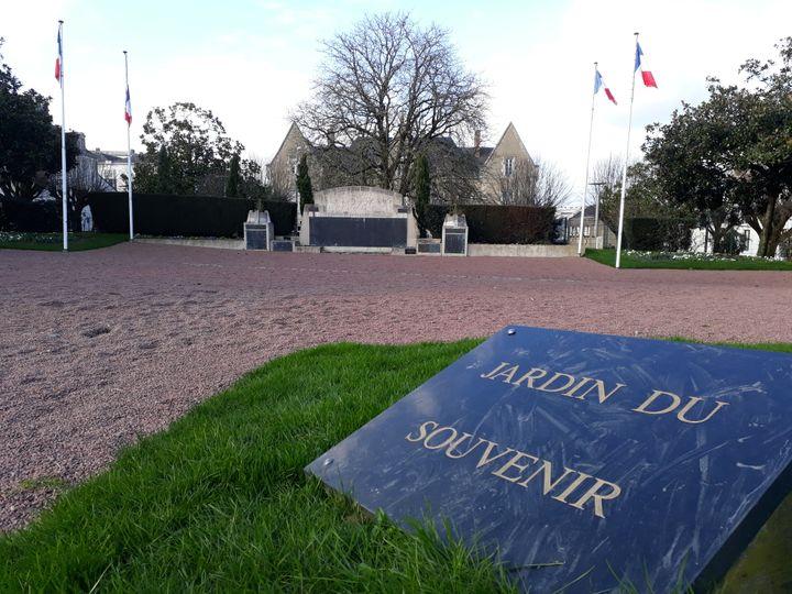 """Le """"jardin du souvenir"""", monument aux morts à La Roche-sur-Yon en Vendée. (ANTOINE DENECHERE/RADIO FRANCE)"""