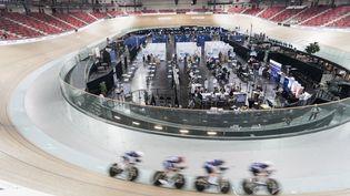 Un centre de vaccincation installé au coeur du vélodrome couvert de Saint-Quentin-en-Yvelines, lieu d'entraînement de l'équipe de France de cyclisme sur piste. (ARTHUR NICHOLAS ORCHARD / HANS LUCAS)