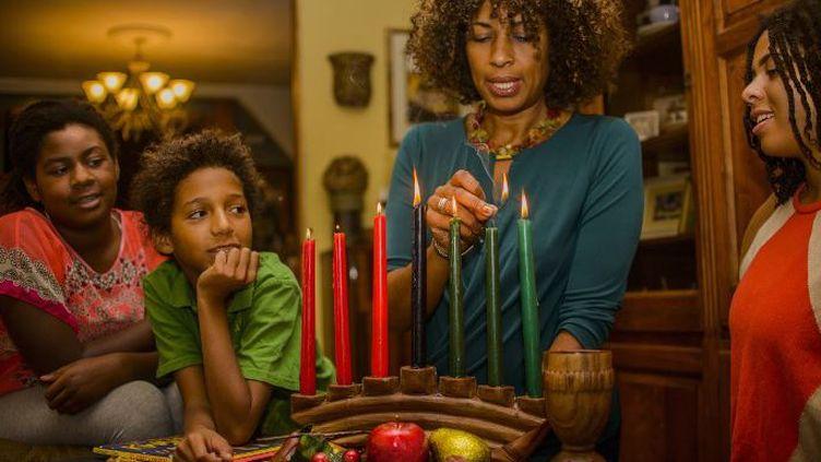Des bougies (kinaras) sont allumées pour célébrer Kwanzaa. (Sue Barr / Image Source)