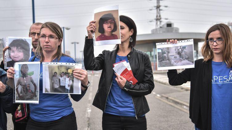 Les assocations de défense des familles victimes de la Dépakine devant l'usine Sanofi à Mourenx (Pyrénées-Atlantiques) le 16 octobre 2018. (QUENTIN TOP / HANS LUCAS / AFP)