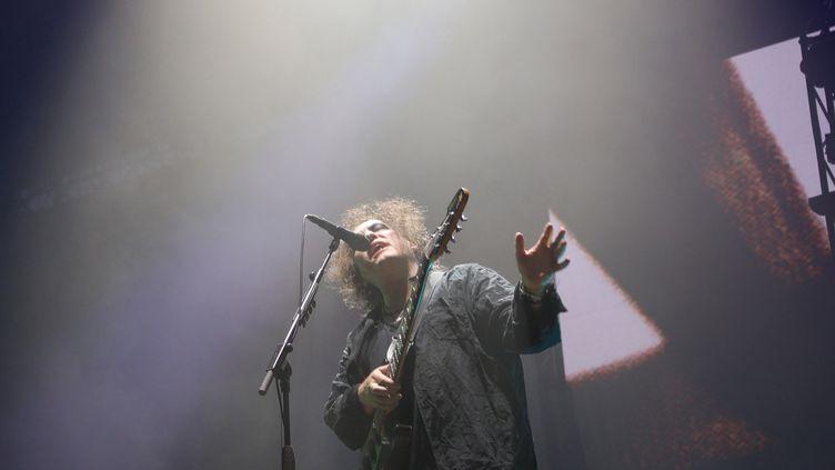 Robert Smith, le chanteur du groupe The Cure, au festival Rock en Seine, le 23 août à Saint-Cloud. (STRINGER / AFP)