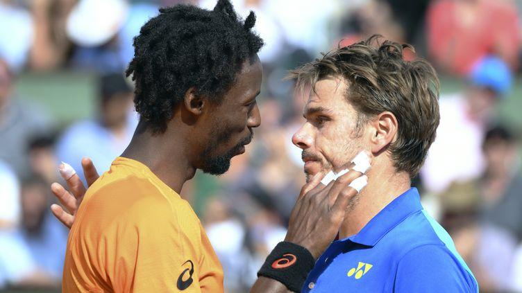 Gaël Monfils félicite Stan Wawrinka (GABRIEL BOUYS / AFP)