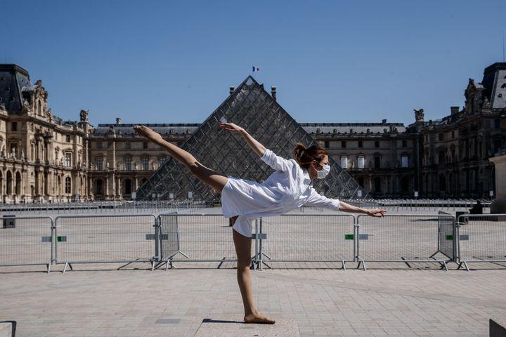 La danseuse et chorégraphe syrienne dansedevant la Pyramide du Louvre, le 22 avril 2020  (SAMEER AL-DOUMY / AFP)