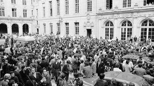 Des étudiants rassemblés à la Sorbonne lors des manifestations de mai 68. (AFP)