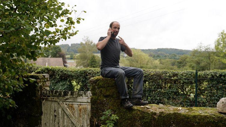 Mathias Dolidon, habitant de Brassy (Nièvre), a pris l'habitude de s'asseoir sur lemuret de son jardin pour capter le réseau mobile. (PIERRE-LOUIS CARON / FRANCEINFO)