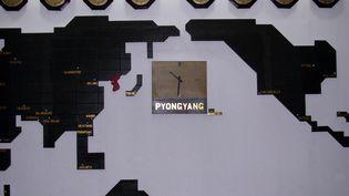 Des pendules accrochées dans les locaux du Diplomatic Nightclub à Pyongyang (Corée du Nord), le 14 août 2009. (NK NEWS / GETTY IMAGES)