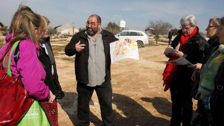 Yehuda Shaul, membre de l'ONG israélienne Breaking the silent, en visite le 10 février 2016 avec des parlementaires européensdans le village palestinien de Susya au sud d'Hébron, menacé de destruction par l'armée. (HAZEM BADER / AFP)
