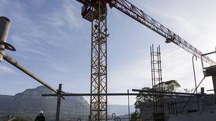 Un chantier de travaux publics à Chambéry, le 16 avril 2020. (VINCENT ISORE / MAXPPP)