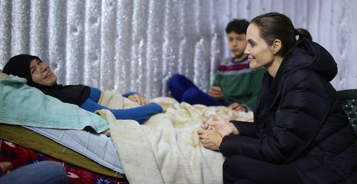 Angelina Jolie est allée à la rencontre de réfugiés syriens près de Zahlé, dans la plaine de la Bekaa, au Liban le 15 mars 2016.  (LESLIE KNOTT / UNHCR / AFP)
