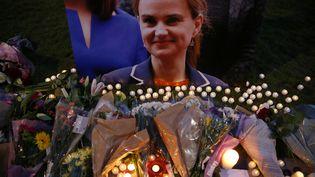 Des fleurs et des bougies sont déposées à Parliament Square, à Londres (Royaume-Uni), pour rendre hommage à la députée pro-européenne Jo Cox, abattue le 16 juin 2016. (NEIL HALL / REUTERS)