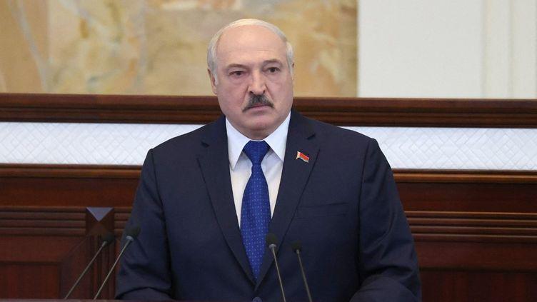 Le président biélorusse Alexandre Loukachenko s'adresse aux parlementaires, aux membres de la commission constitutionnnelle et aux représentants des corps de l'administration, le 26 mai 2021 à Minsk. (MAXIM GUCHEK / BELTA / AFP)