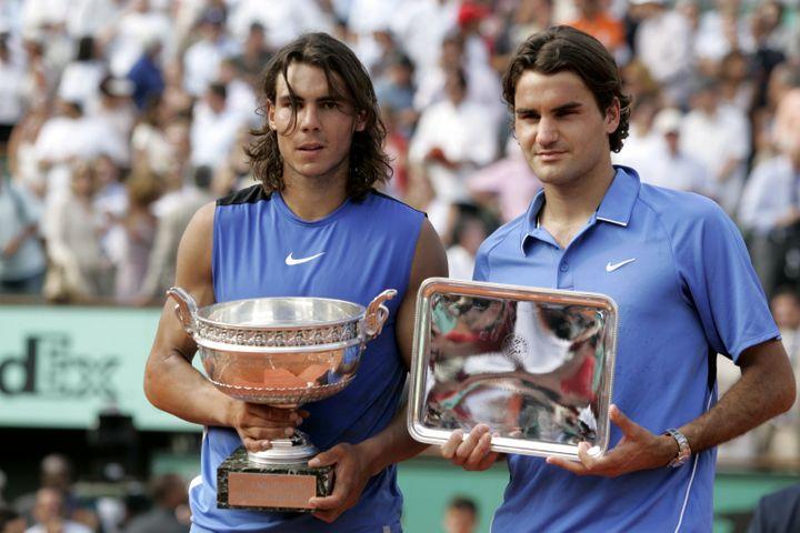 Rafael Nadal et Roger Federer posent avec leurs trophées à l'issue de la finale de Roland-Garros 2006. (MAXPPP TEAMSHOOT)