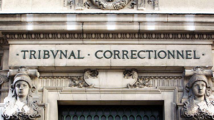 Un détail de la façade du tribunal correctionnel de Paris, le 19 janvier 2011. (LOIC VENANCE / AFP)