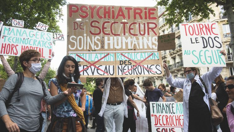 Des soignants manifestent, le 16 juin 2020, pour demander plus de moyens pour l'hôpital et des augmentations de salaire. (NICOLAS PORTNOI / HANS LUCAS / AFP)