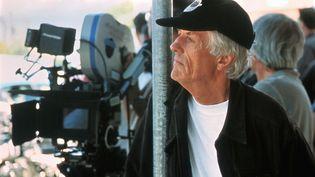 """Le réalisateur britannique Michael Apted sur le tournage de son film """"Plus jamais"""" (""""Enough""""), le 22 septembre 2002 (VAN REDIN / AFP)"""