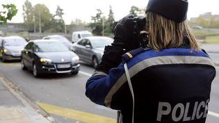 Selon un sondage Ifop, les deux tiers des salariés admettent qu'ils passent des coups de fil professionnels quand ils sont au volant. (JEAN-PIERRE MULLER / AFP)