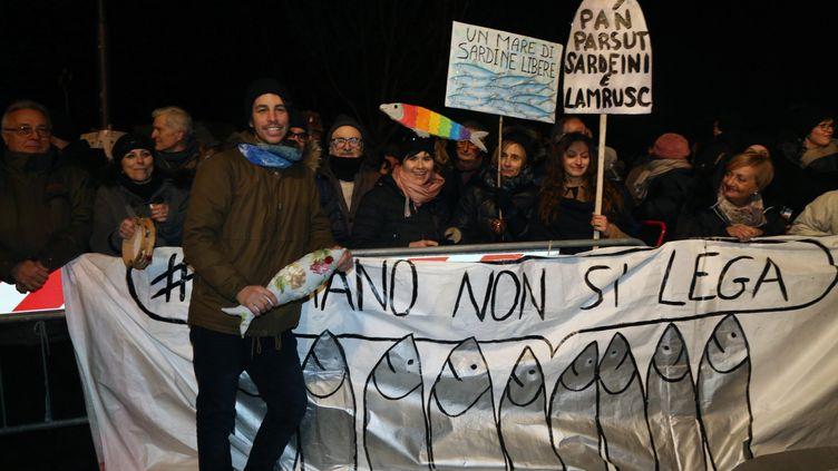 """La manifestation des """"Sardines"""", le 23 janvier 2020 àBibbiano, une commune de la province de Reggio d'Émilie dans la région Émilie-Romagne en Italie. (ROBERTO BRANCOLINI / MAXPPP)"""