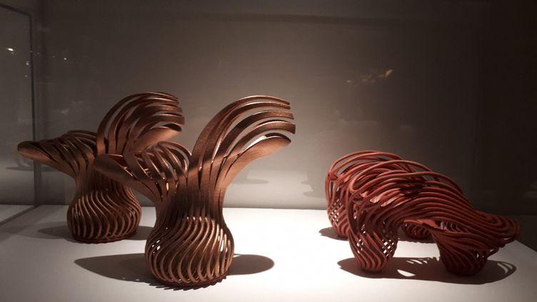 """Des chaussures présentées dans le cadre de l'exposition """"Marche et démarche"""", au musée des Arts décoratifs de Paris. (SOPHIE AUVIGNE / RADIO FRANCE)"""