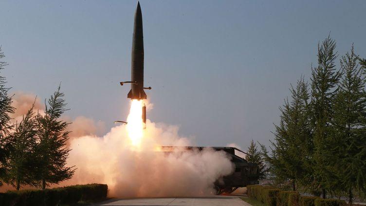 Image diffusée par l'agence de presse officielle nord-coréenne, le 10 mai 2019, montrant un tir par l'Armée populaire de Corée, la force armée de la Corée du Nord, le 9 mai. (KCNA VIA KNS / AFP)
