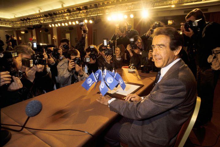 L'industriel Jean-Luc Lagardère, PDG du groupe Matra, annonce la fin de l'aventure du club de foot du Matra Racing, lors d'une conférence de presse, à Paris, le 6 avril 1989. (ERIC BOUVET / GAMMA-RAPHO)