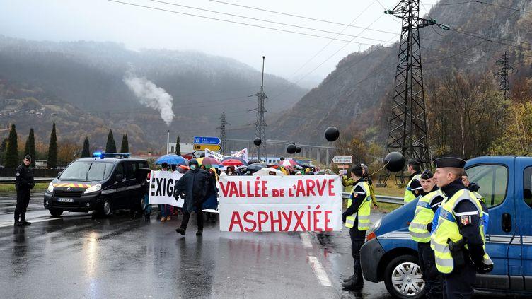 Des manifestants défilent contre la pollution dans la Vallée de l'Arve, à Passy (Haute-Savoie), en novembre 2016. (GR?GORY YETCHMENIZA / MAXPPP)
