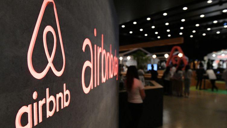 Le logo Airbnb lors d'un salon à Tokyo (Japon). Photo d'illustration. (TOSHIFUMI KITAMURA / AFP)