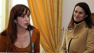 Pénélope Bagieu avec Aurélie Filipetti, juste après avoir été décorée Chevalier des Arts et des Lettres  (JEAN PIERRE MULLER / AFP)
