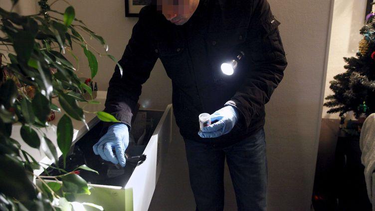 Un officier de la police scientifique intervient sur un cambriolage de particuliers, le 30 décembre 2011 à Paris. (BISSON / JDD / SIPA)