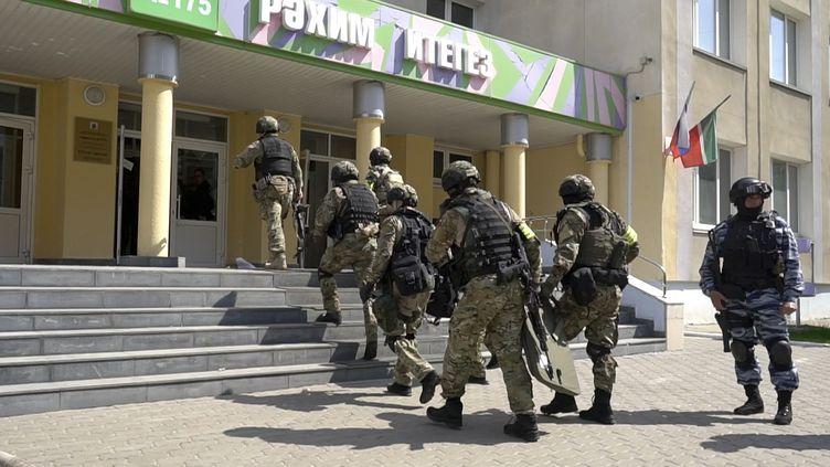 Des unités spéciales pénètrent dans une école visée par une attaque meurtrière, le 11 mai 2021, à Kazan (Russie). (THE INVESTIGATIVE COMMITTEE OF THE RUSSIAN FEDERATION / AP)