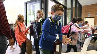 Des enfants se désinfectent les mains à l'entrée d'une école, à Strasbourg, le 1er septembre 2020. (FREDERICK FLORIN / AFP)
