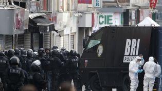 Des membres des forces de l'ordrelors de l'intervention antiterroriste à Saint-Denis (Seine-Saint-Denis), le 18 novembre 2015. (CHRISTIAN HARTMANN / REUTERS)