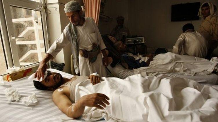 Une victime des affrontements entre pro et anti gouvernementaux le 1er juin 2011 à Saana, capitale du Yemen (AFP/AHMAD GHARABLI)