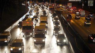 Des embouteillages sur le périphériqueparisien, au niveau de la Porte de Vincennes, le 9 décembre 2019. (JACQUES DEMARTHON / AFP)