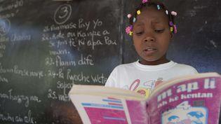 Haïti : enfant lisant en classe un livre en créole (ici en 2013).  (Dieu Nalio Chery/AP/SIPA)