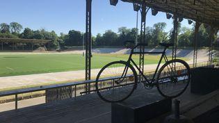 Vue depuis la tribune principale du vélodrome Jacques-Anquetil de Paris. (Adrien Hémard)