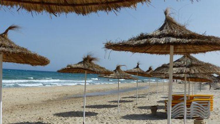 A Yasmine Hammamet, une plage désespérément vide le 25 mai 2016, malgré une température de 30°, rafraîchie par la brise marine... (FTV - Laurent Ribadeau Dumas)