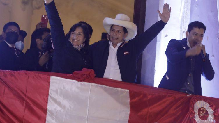 Pedro Castillar, au centre, célèbre avecsa colistière Dina boluarte, sa victoire à la présidentielle péruvienne le 19 juillet 2021 à Lima (Pérou). (GUADALUPE PRADO / AP)