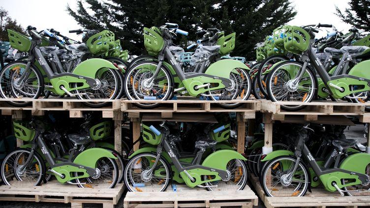 La start-up Smovengo, nouvel opérateur des Vélib' à Paris, va devoir payer pour le retardprisdans le déploiement des vélos, stockés dans un entrepôt du Val de Marne (MAXPPP)