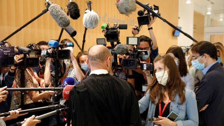 """L'avocat de """"Charlie Hebdo"""" Richard Malka face à la presse au tribunal de Paris, le 9 septembre 2020. (GEOFFROY VAN DER HASSELT / AFP)"""