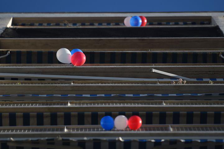 Des ballons bleus, blancs et rougessuspendus à des balcons, le 27 novembre 2015, à Marseille (Bouches-du-Rhône). (BORIS HORVAT / AFP)