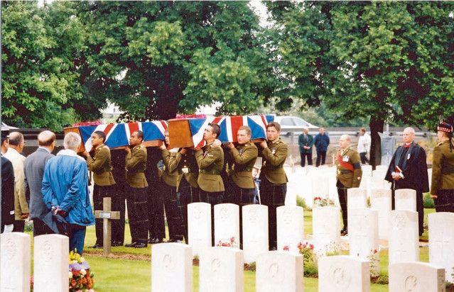 La cérémonie de réinhumation du soldat écossais Archibald McMillan en juin 2002 au Point-duJour Military Cemetery à Athies (Somme)  (Gilles Prilaux - Inrap)